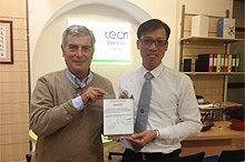 Производитель держит в руках сертификат
